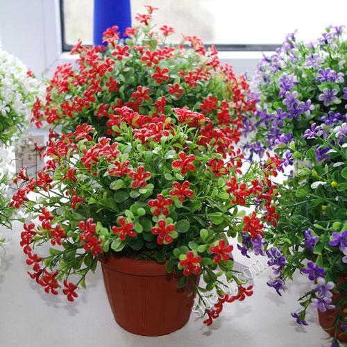 Искусственные растения на подоконнике