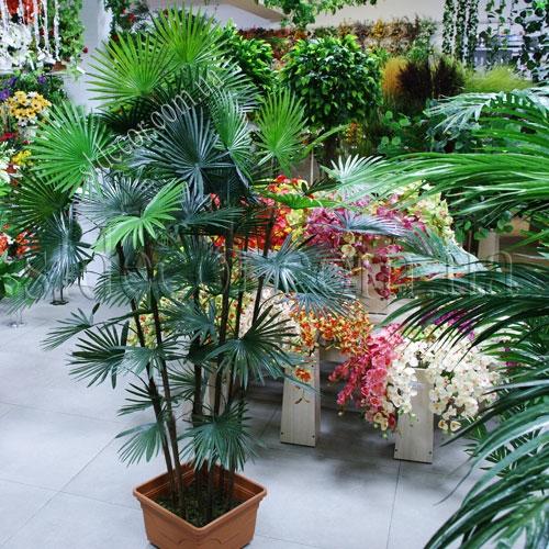 Пластиковая искусственная пальма